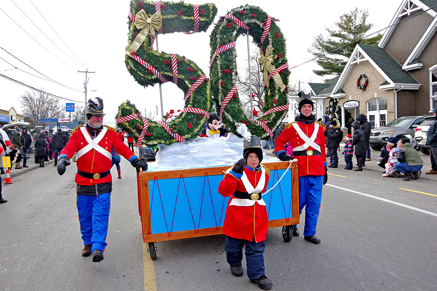 Record crowds attend Deux-Montagnes Santa Claus Parade